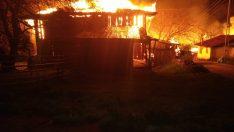Kargı'da dev yangın: 8 ev kül oldu