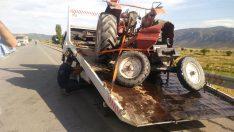 Otomobilin çarptığı traktör ikiye bölündü