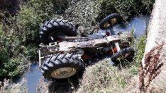 Traktör dereye düştü
