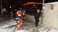 Belediye ekipleri, kar için sahada