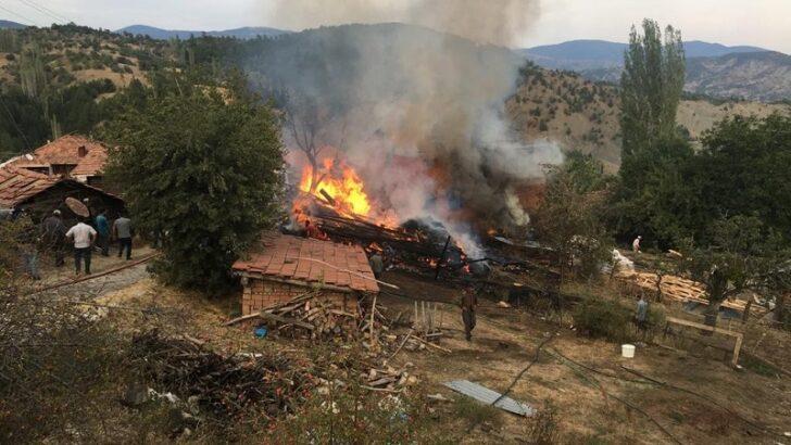 Bayat'ta 3 ev ve 1 samanlık yandı