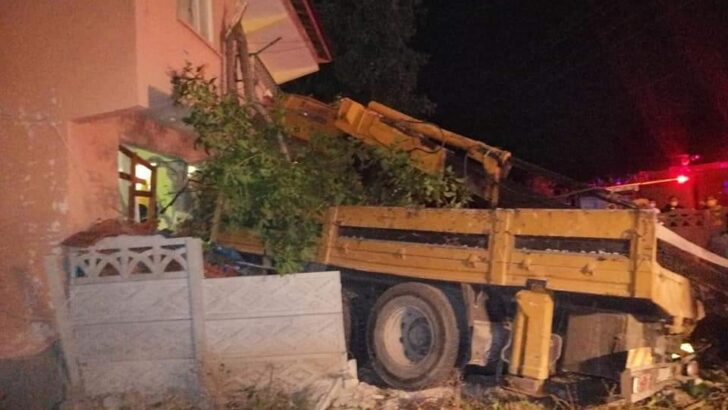 Freni boşalan vinç eve çarptı: 4 yaralı