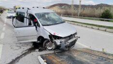 Araç kaldırıma çarptı: 2 yaralı