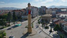 Saat Kulesi'ne Doğu Türkistan ve Filistin bayrağı