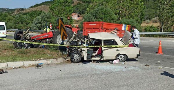 Otomobil hurdaya döndü, traktör ikiye bölündü