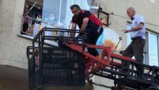 Başı balkon demirlerine sıkışan çocuğu itfaiye kurtardı